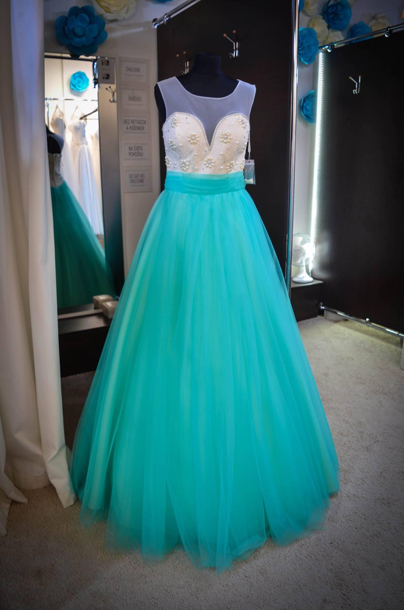 Krásne princeznovské šaty s tyrkysovou sukňou z tylu s perlami na živôtiku  ... 9b8c552aa9