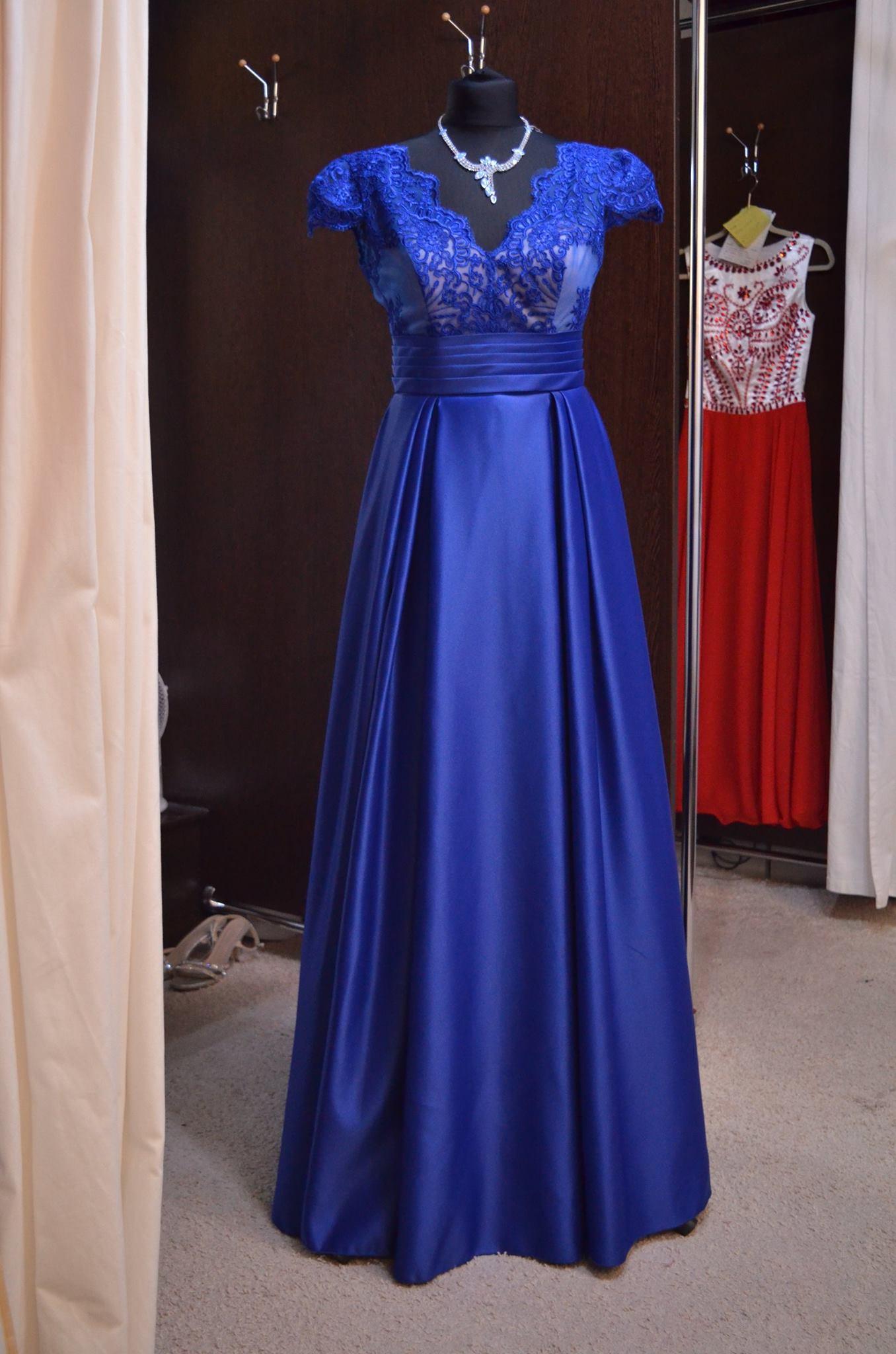 Prekrásne kráľosvky modré elegantné šaty na ples  so saténovou sukňou
