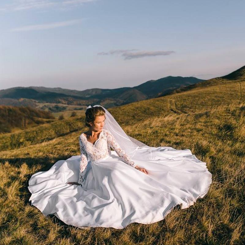 Nevesta má svadobné šaty Carmen značky Tina Valerdi