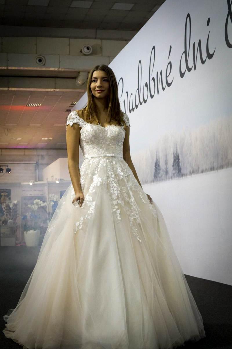 Rozprávkové svadobné šaty s lístočkami