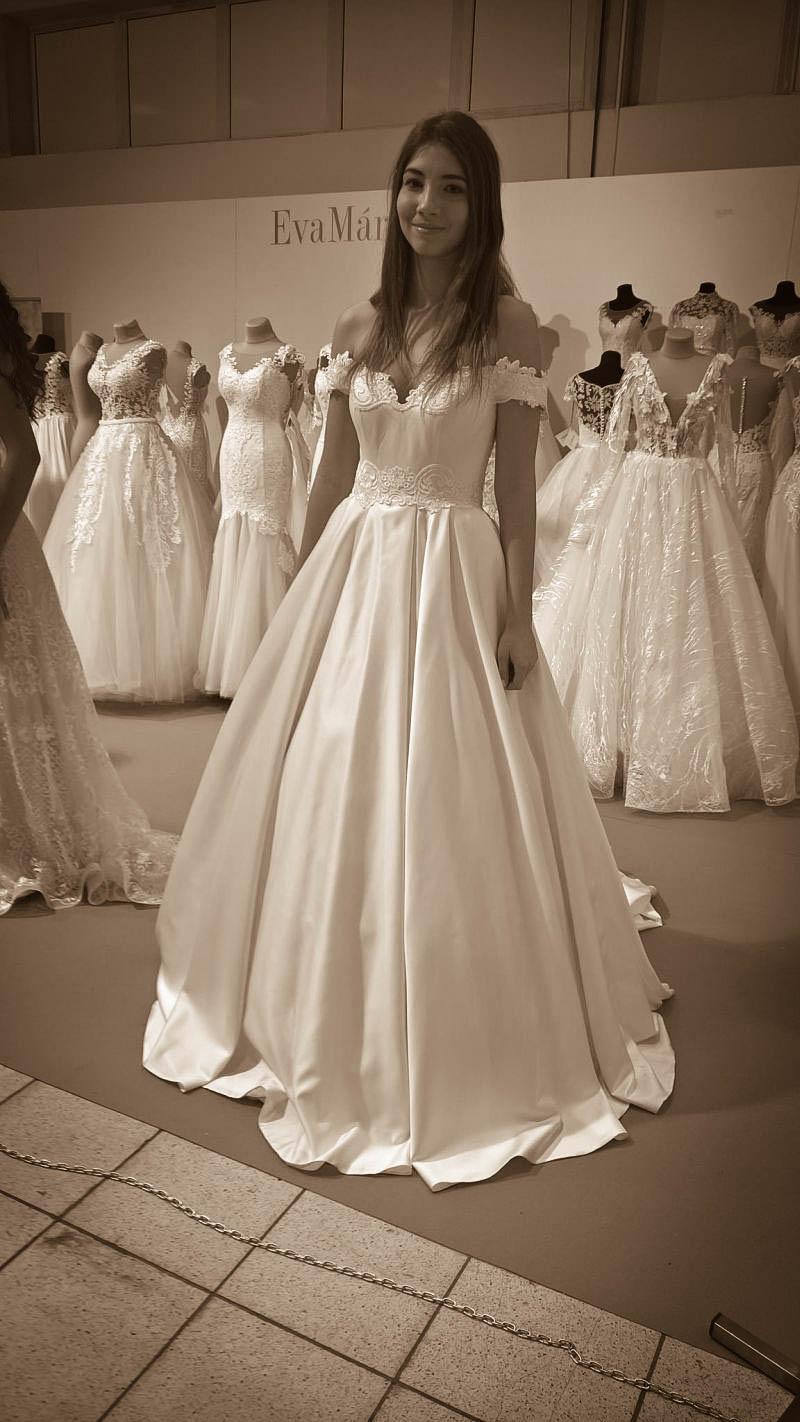Saténové svadobné šaty s padavými ramienkami