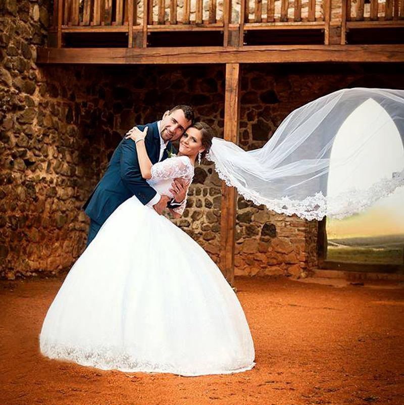 Nevesta v svadobných šatách Elizabeth od Hadassa