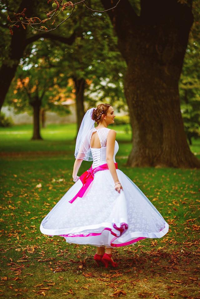 Spokojná nevesta vo svadobných šatách Anny od Hadassa