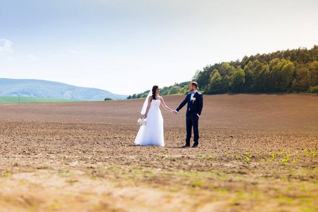 Spokojná nevesta vo svadobných šatách Hadassa