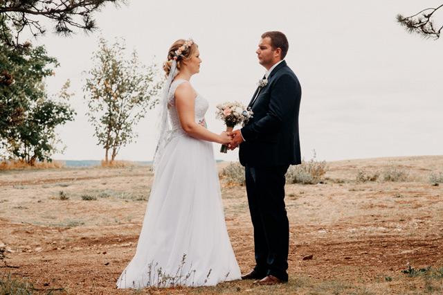 Spokojná nevesta vo svadobných šatách Ermano od Annette Moretti