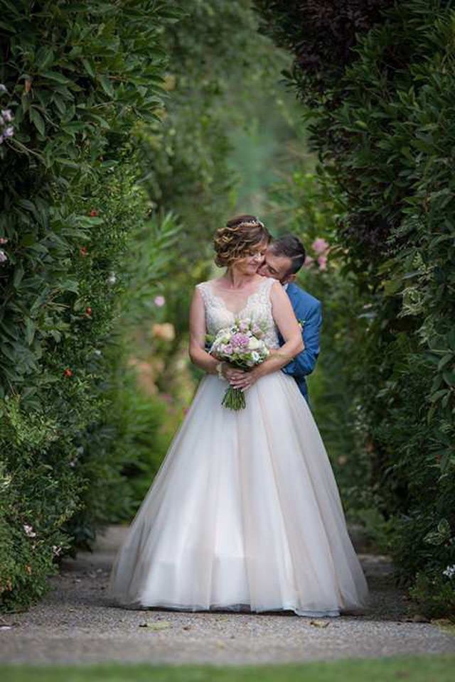 Spokojná nevesta Monika vo svadobných šatách Trinity od Hadassa
