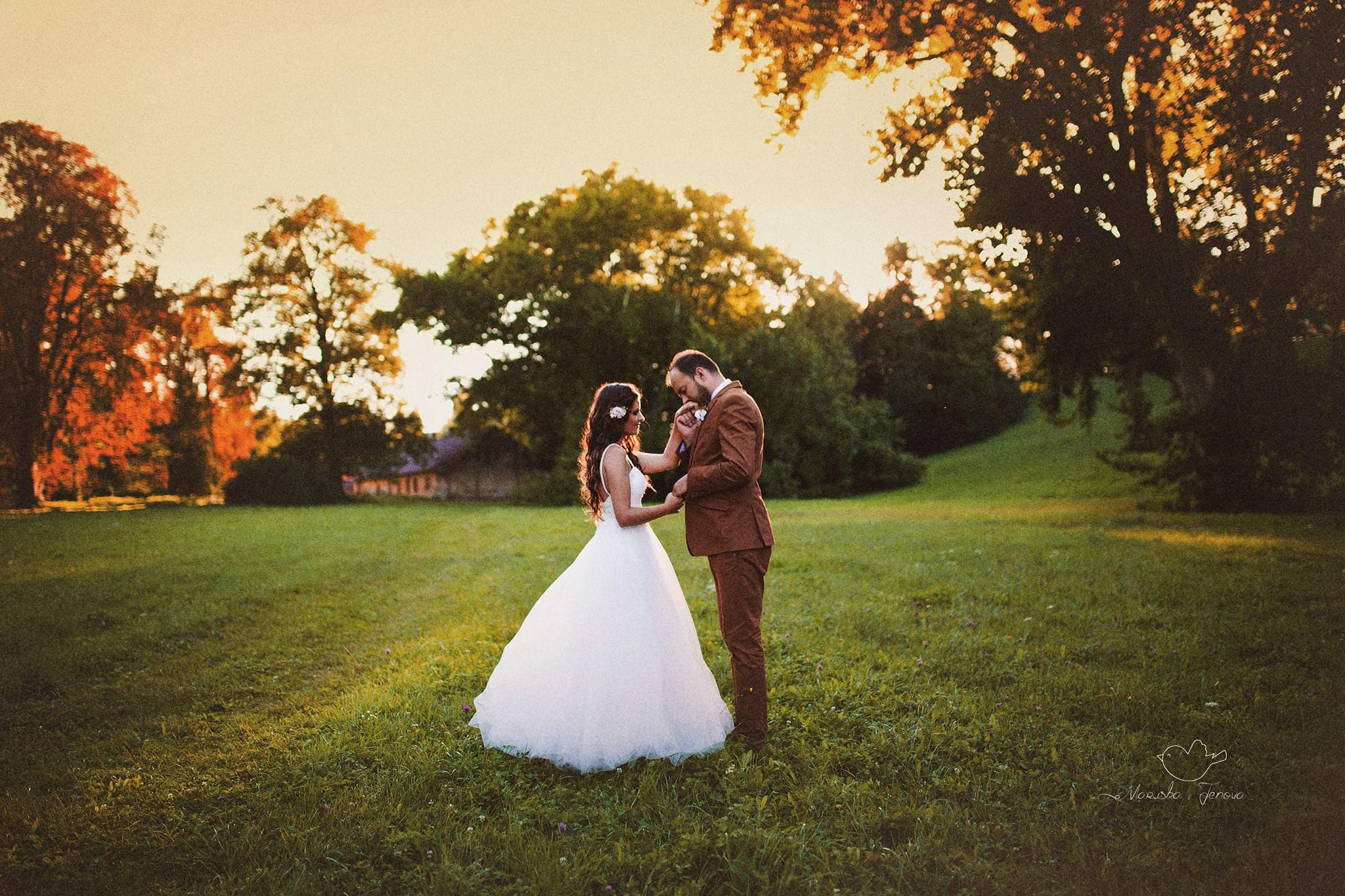 Spokojná nevesta vo svadobných šatách šitých na mieru v Salóne EvaMária