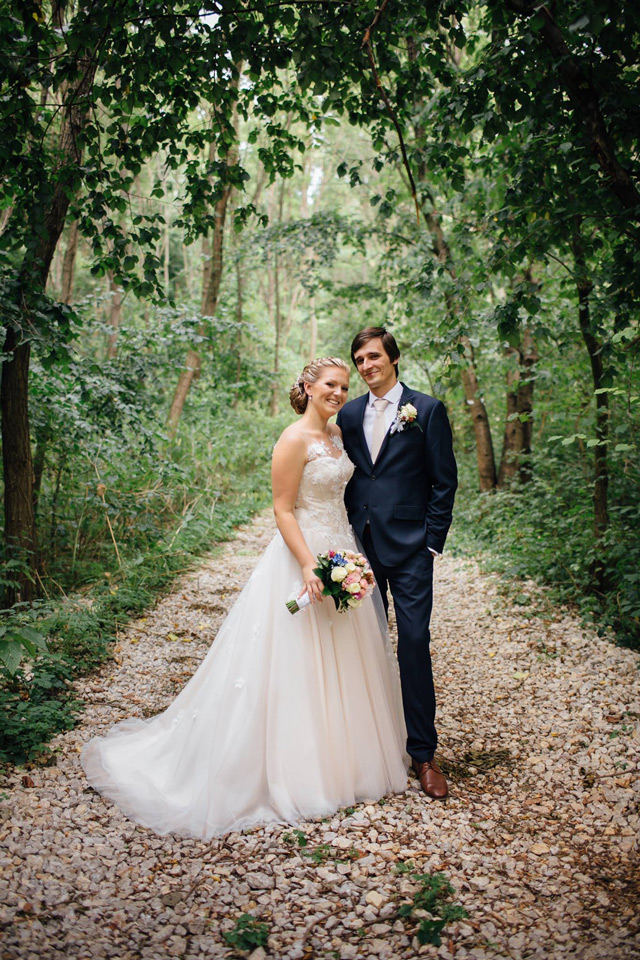 Spokojná nevesta vo svadobných šatách Dottie od Annette Moretti