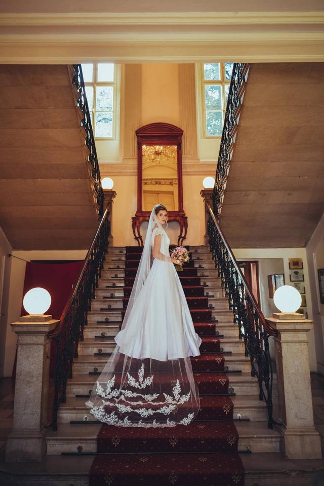 Spokojná nevesta vo svadobných šatách Victoria od Tina Valerdi
