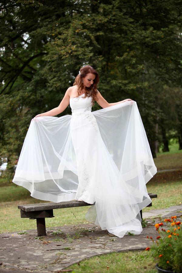 Prekrásna nevesta salónu EvaMária v svadobných šatách Azalea
