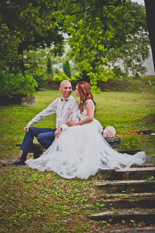 Spokojná nevesta salónu EvaMária v svadobných šatách Azalea