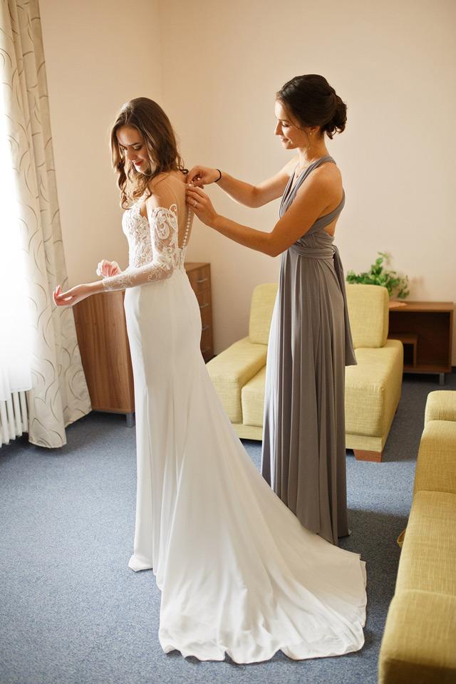 Spokojná nevesta salónu EvaMária v svadobných šatách Virginia