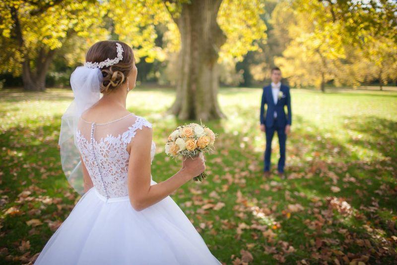 Spokojná nevesta vo svadobných šatách Randi zo svadobného salónu EvaMária Sereď