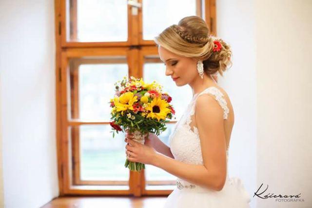 Spokojná nevesta vo svadobných šatách Carlotta z Topoľčian