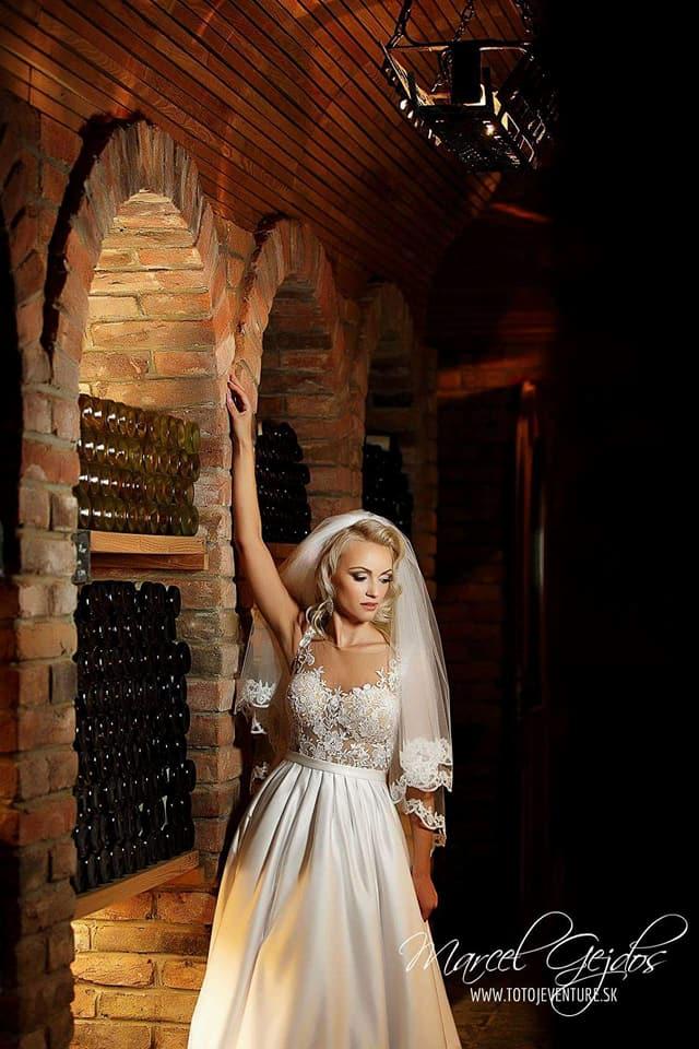 Spokojná nevesta vo svadobných šatách Isabel zo salónu v Topoľčanoch