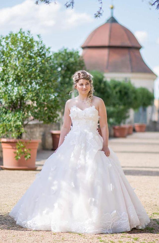 Spokojná nevesta vo svadobných šatách Dixie
