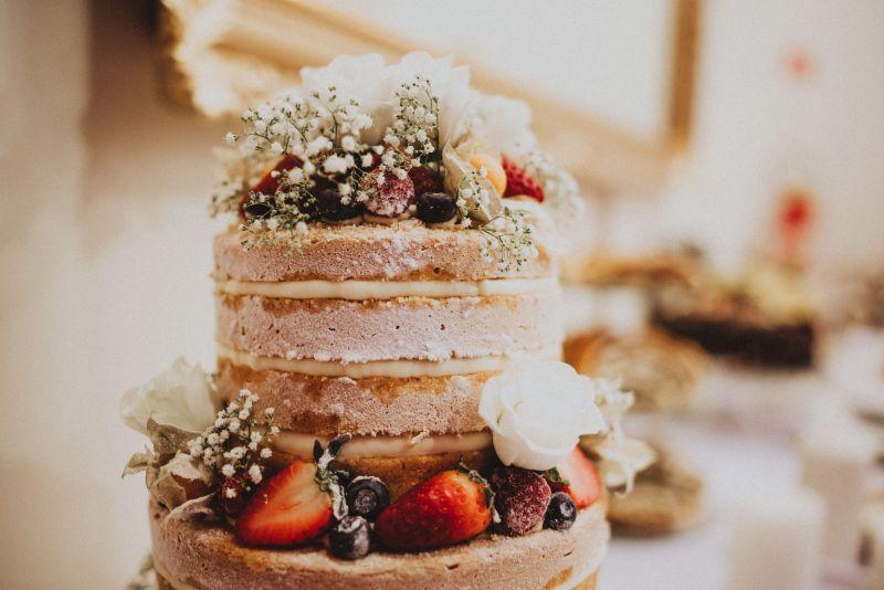 Spokojná nevesta vo svadobných šatách Aisha zo svadobného salónu EvaMária Sereď