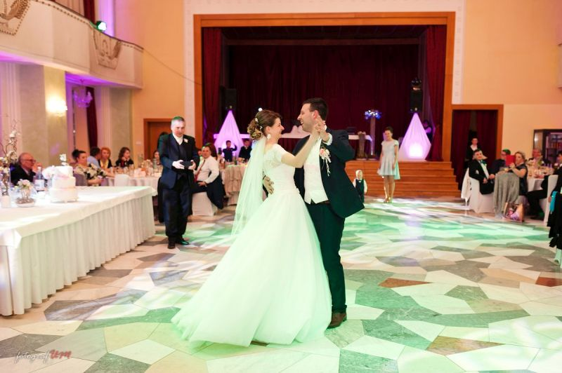 Spokojná nevesta vo svadobných šatách Maxi zo svadobného salónu EvaMária Sereď