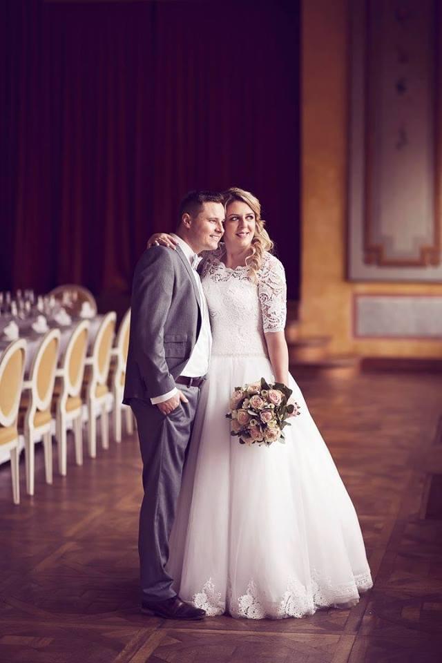 Spokojná nevesta vo svadobných šatách Viva zo svadobného salónu EvaMária Sereď