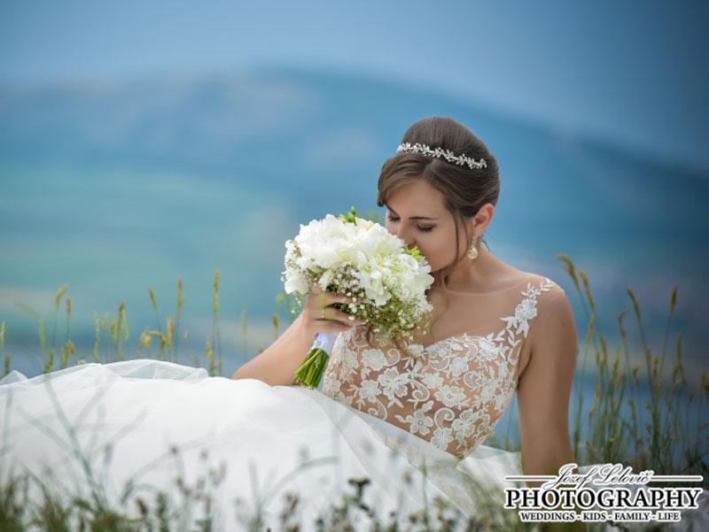 Nádherná nevesta v šatách Isabel zo svadobného salónu EvaMária Sereď