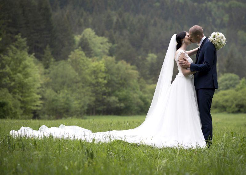 Nádherná nevesta v šatách Dalmira zo svadobného centra EvaMária Sereď