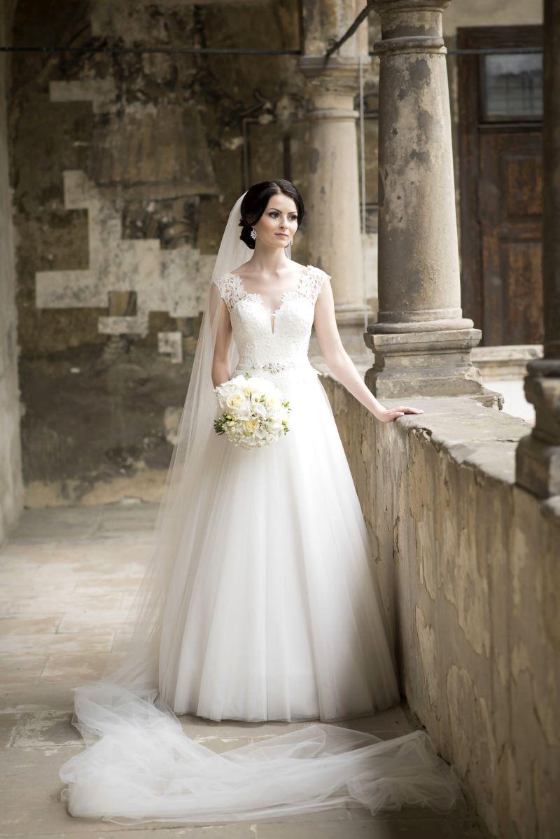 Spokojná nevesta vo svadobných šatách Dalmira zo svadobného salónu EvaMária Sereď