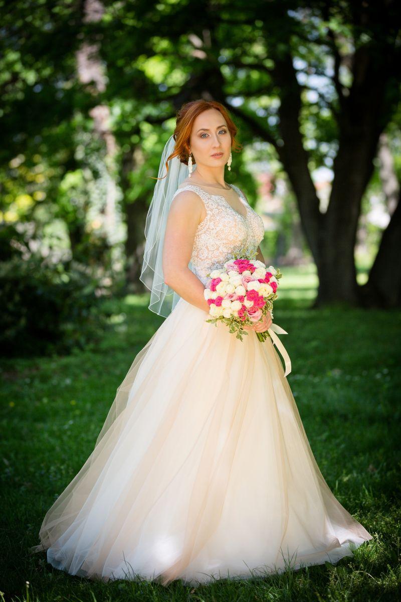 Spokojná nevesta vo svadobných šatách Trinity zo svadobného salónu EvaMária Sereď