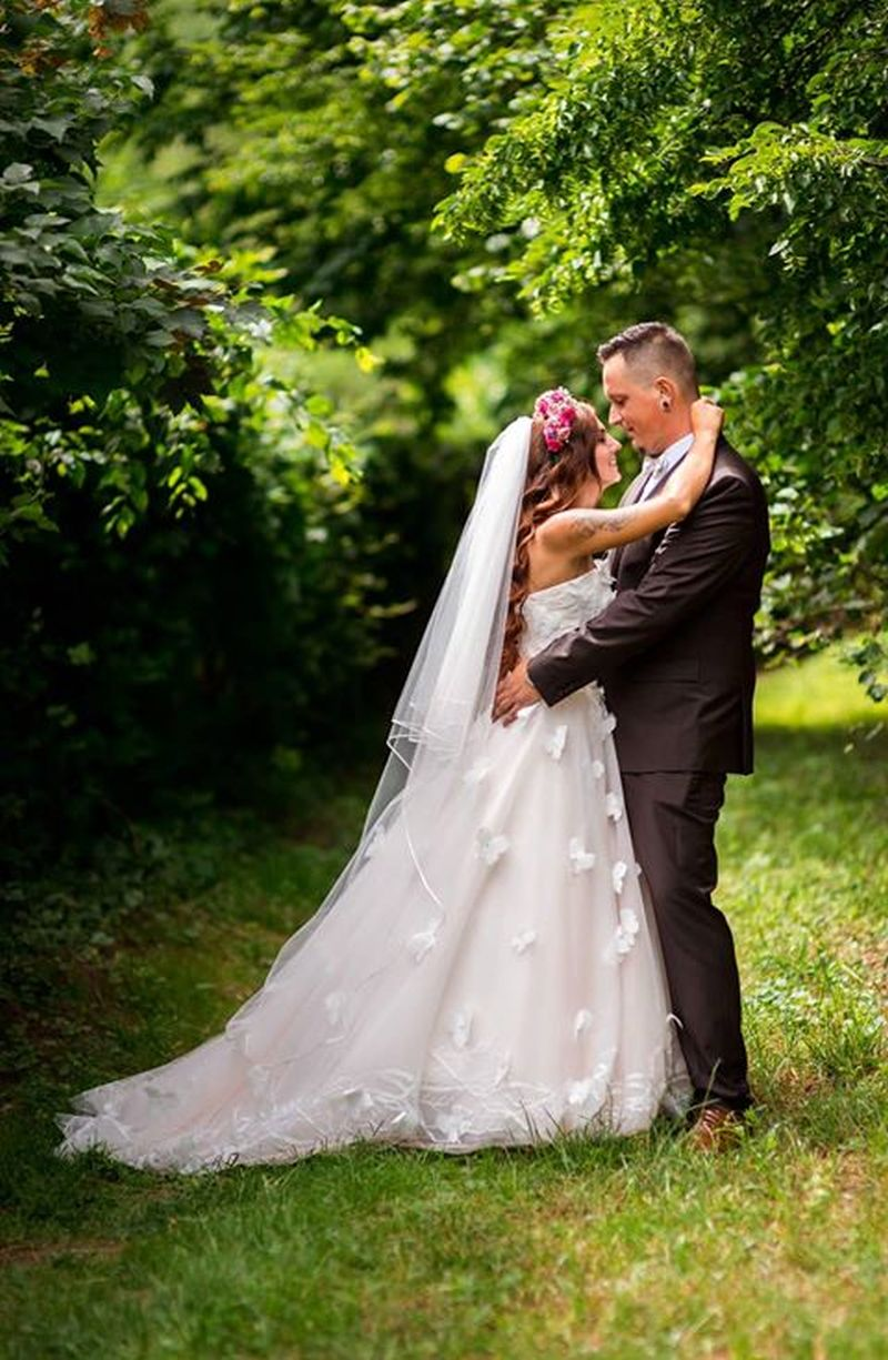 Spokojná nevesta vo svadobných šatách Dixie zo svadobného salónu EvaMária Sereď