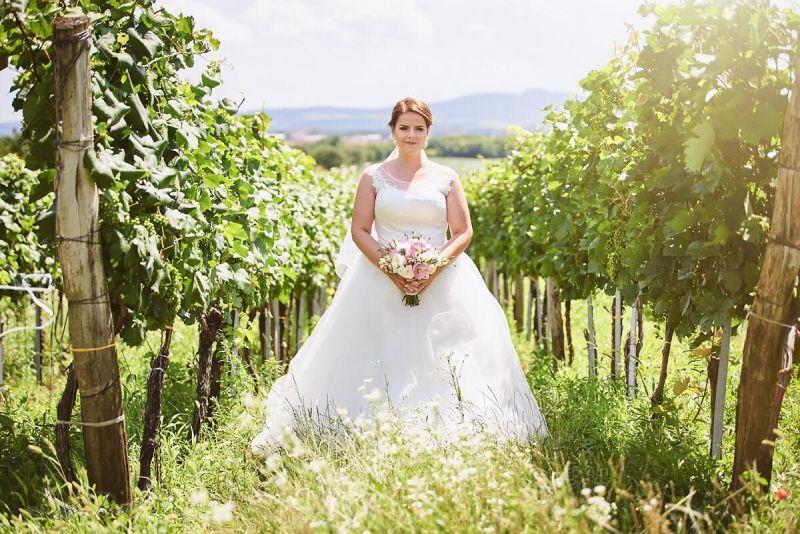 Spokojná nevesta vo svadobných šatách Inara zo svadobného salónu EvaMária Sereď