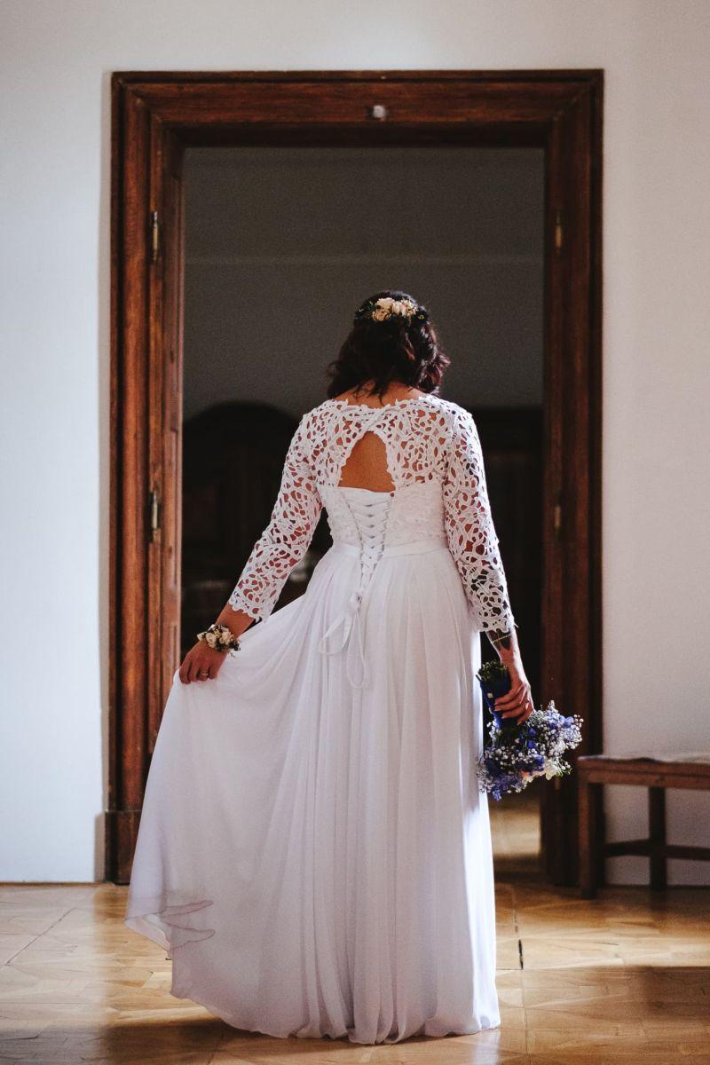 Spokojná nevesta vo svadobných šatách Poladia zo svadobného salónu EvaMária Sereď