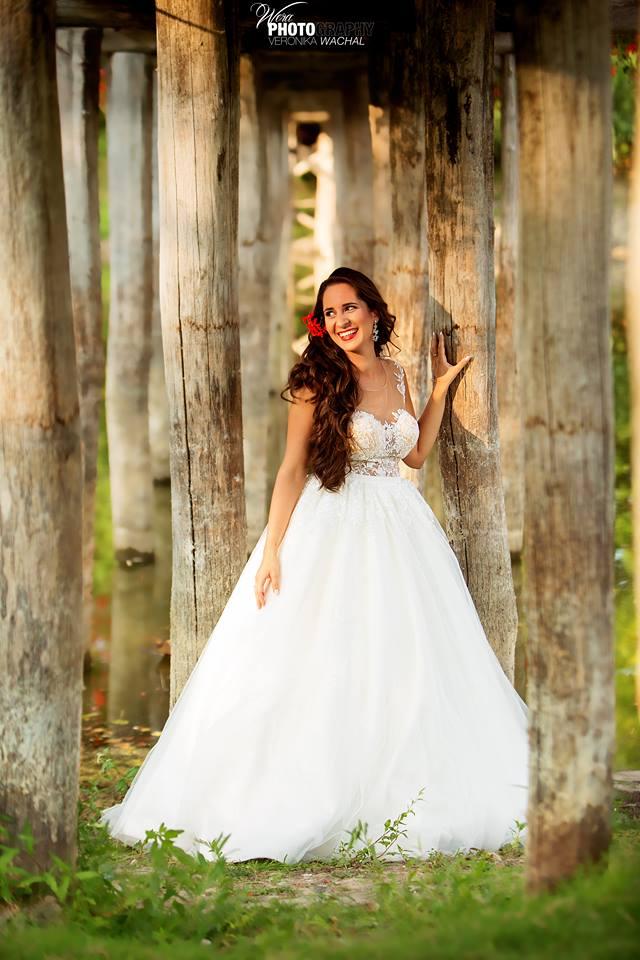 Nevesta vo svadobných šatách Isabel zo svadobného Salónea EvaMária