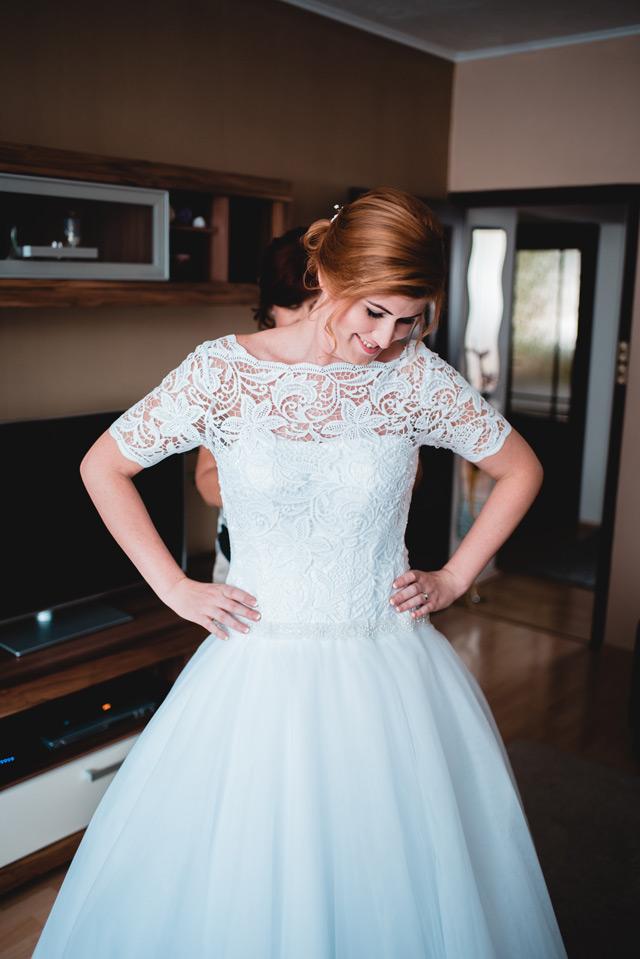 Spokojná nevesta v šatách Hadassa zo svadobného salónu EvaMária v Seredi