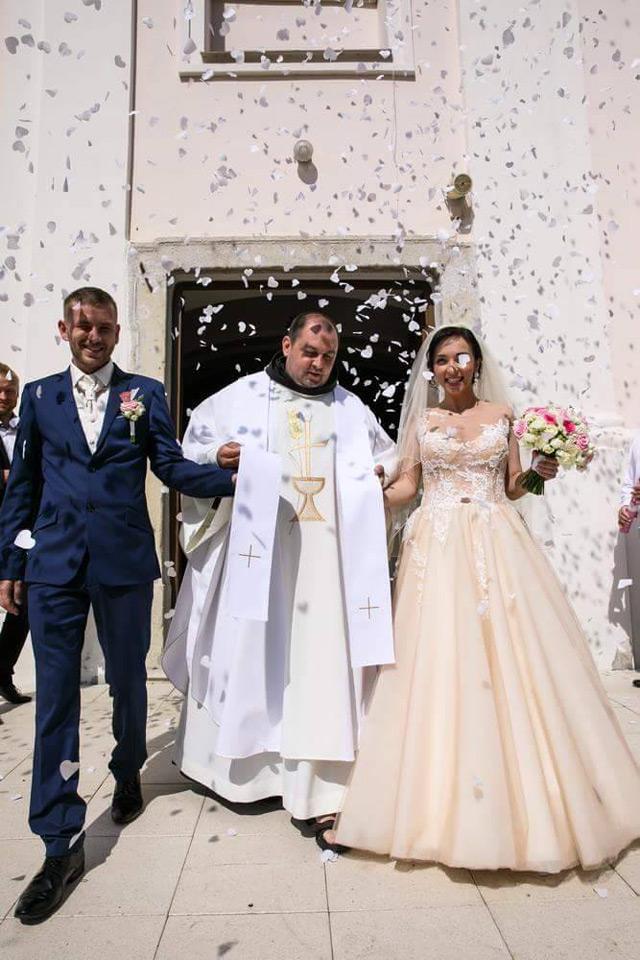 Nevesta vo svadobných šatách Constancia od Tina Valerdi