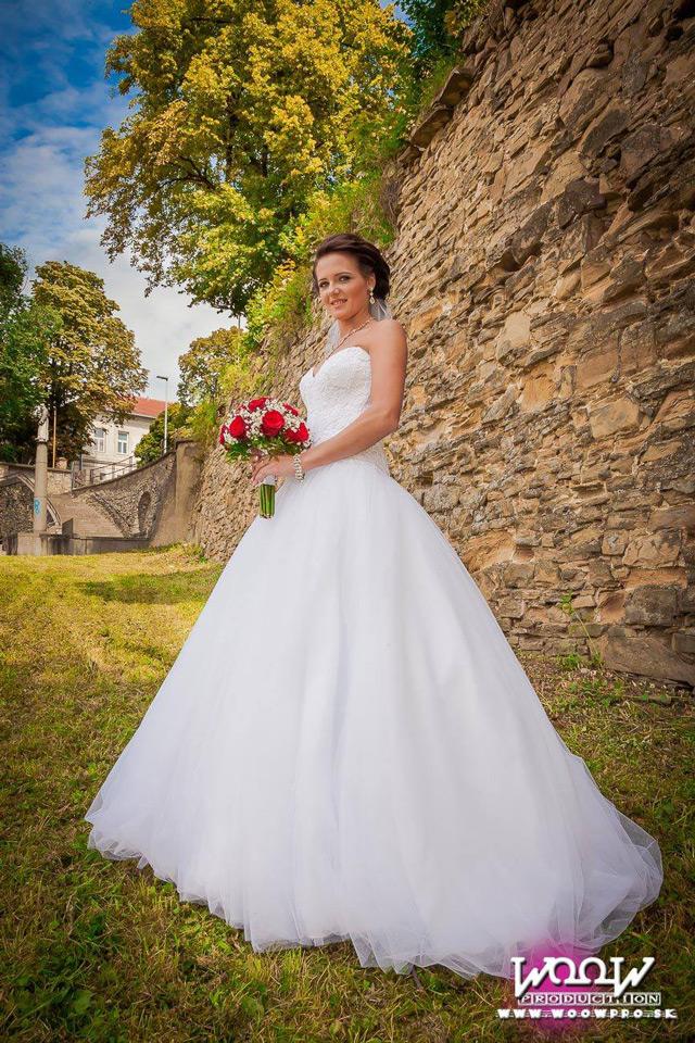 Nádherná nevesta v šatách šitých na mieru v svadobnom salóne EvaMária