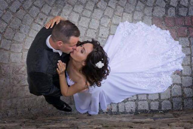Nádherná nevesta vo svadobných šatách od španielskej návrhárky Tina Valerdi