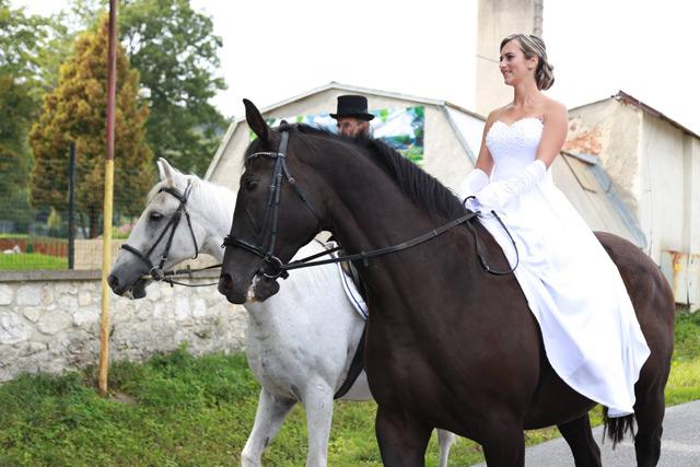 Nevesta na koni vo svadobných šatách zo salónu EvaMária