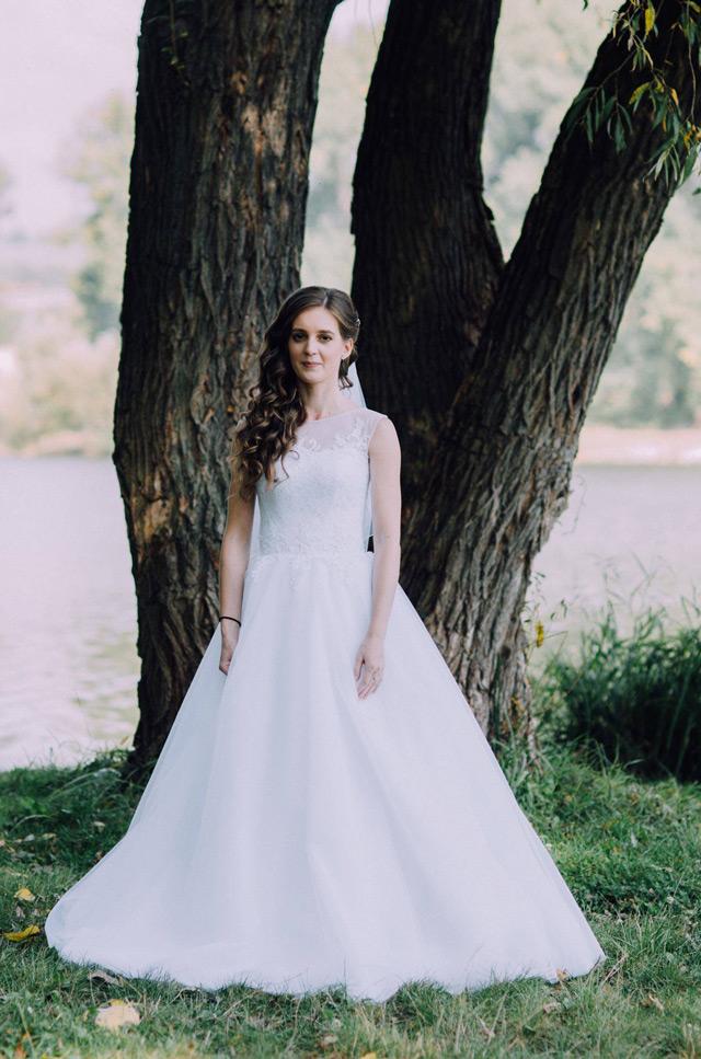 Nádherná nevesta vo svadobných šatách šitých na mieru EMINA