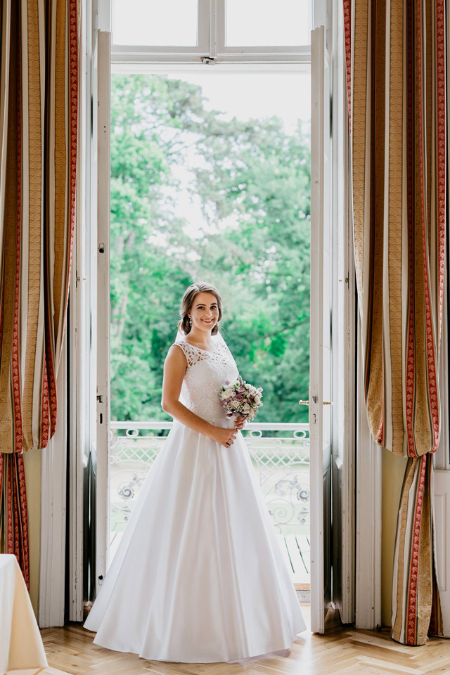 Prekrásna nevesta v šatách šitých na mieru v Salóne EvaMária