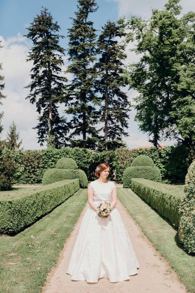 Nevesta vo svadobných šatách šitých na mieru v Salóne EvaMária