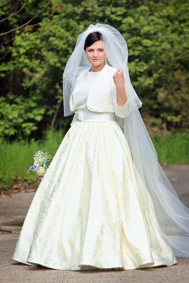 Prekrásna nevesta vo svadobných šatách šitých na mieru vo svadobnom centre EvaMária