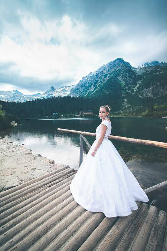 Nevesta v šatách šitých na mieru vo svadobnom centre EvaMária