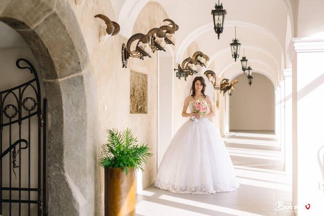 Spokojná nevesta v šatách šitých na mieru vo svadobnom centre EvaMária