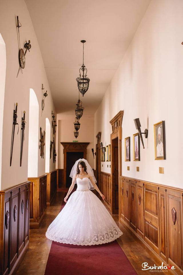 Nevesta Janka vo svadobných šatách šitých na mieru vo svadobnom centre EvaMária
