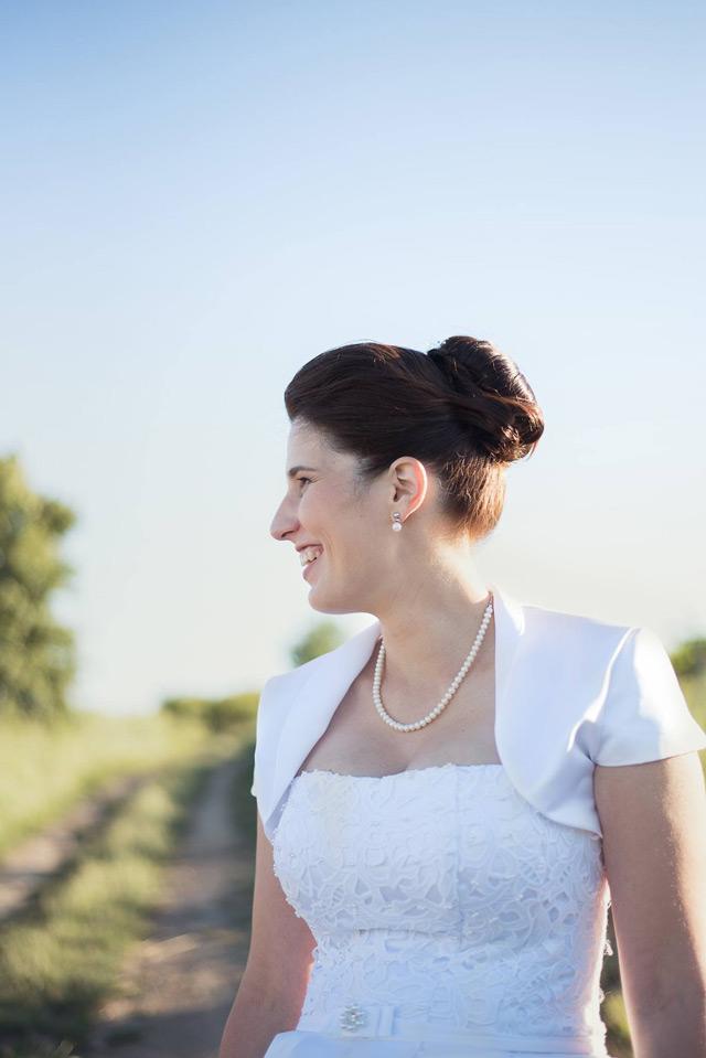 Spokojná nevesta so svadobnými šatami šitými na mieru v svadobnom salóne EvaMária