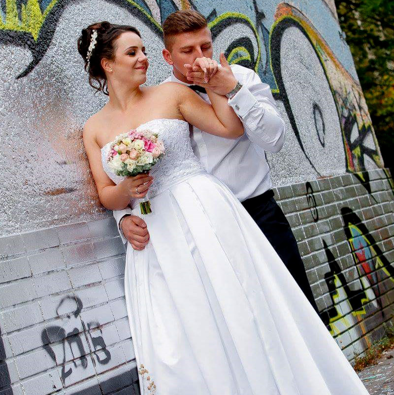 Spokojná nevesta vo svadobných šatách Aliya od HADASSA