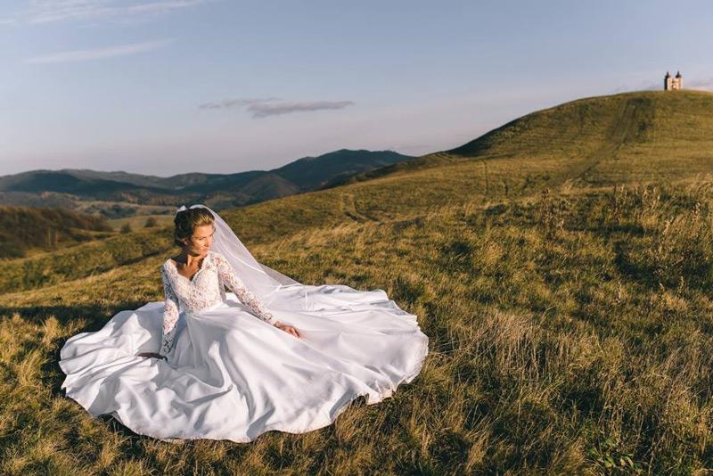 Najkrajšie ssvadobné šaty so saténovou sukňou a dlhými ruvmi