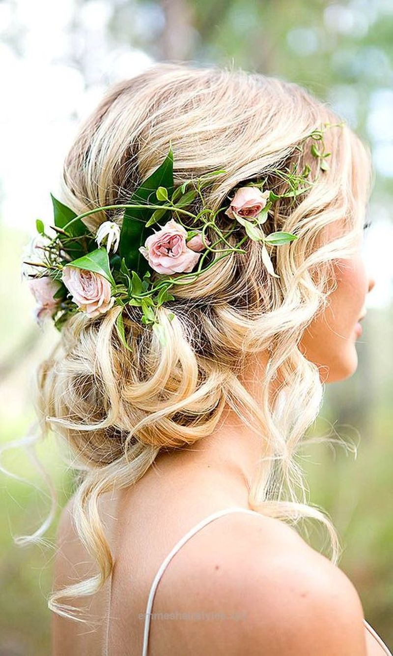 Svadobný účes s kvetmi