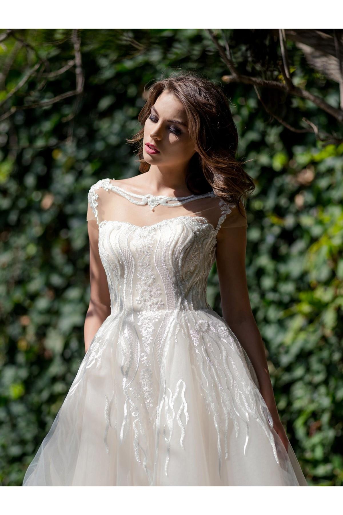 ad8b4a1de Tento model môžete ihneď skúšať alebo zakúpiť vo veľkosti 38 vo farbe ivory  vo Svadobnom centre EvaMária v Seredi na M. R. Štefánika 9. Svadobné šaty  Malin ...