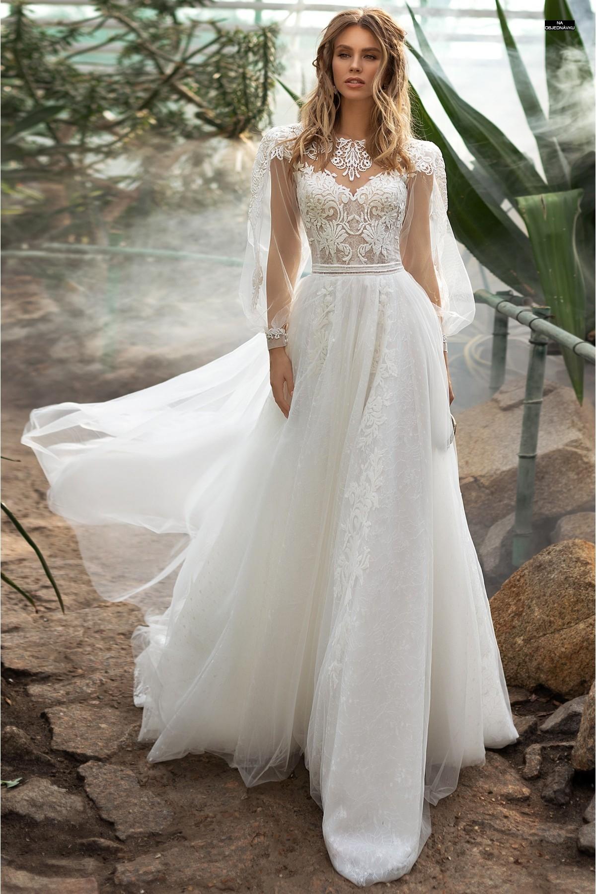 Boho svadobné šaty s balónkovými rukávmi.