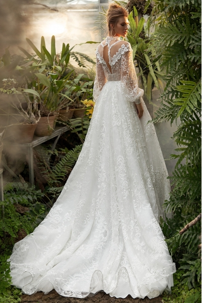 Luxusné svadobné šaty s balónkovými rukávmi.